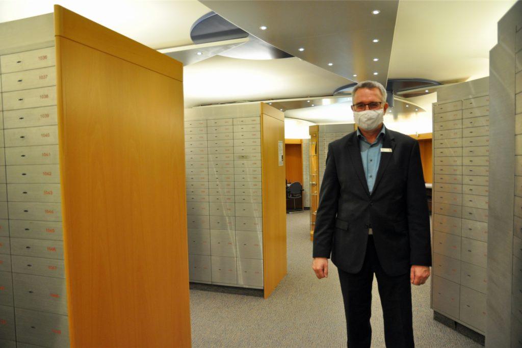 Rainer Kruck, Direktor der Sparkasse für den Marktbereich Castrop-Rauxel, im Kundentresorraum am Markt.
