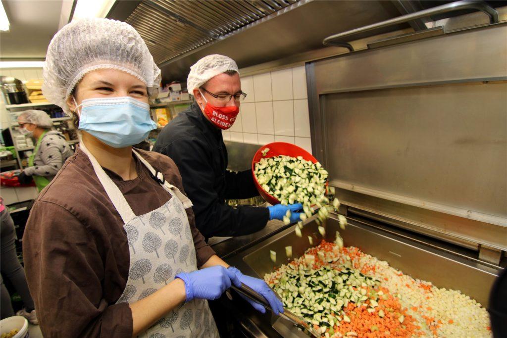 Wiebke Scheubach und Benjamin Sklarzyk vom Potpourri-Team bereiten in der Lütgendortmunder Küche eine Gemüsesuppe zu.