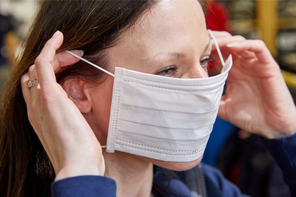 Eine Schutzmaske zu tragen, wie diese Frau auf unserem Symbolbild, wäre für Doris Jenken undenkbar