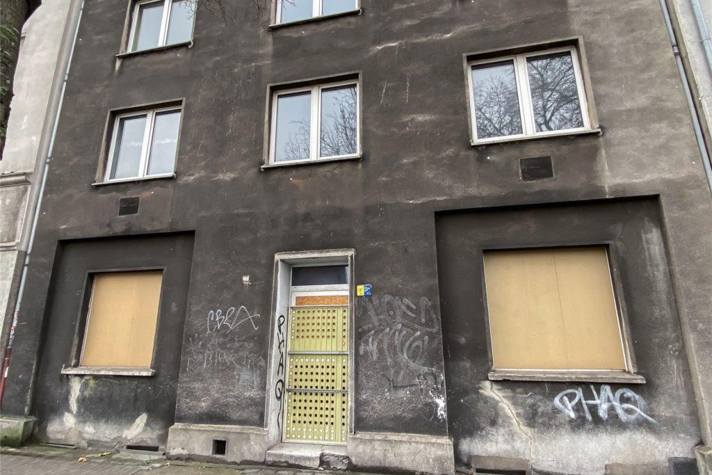 Das Haus Brunnenstraße 66 ist nach einem Brandschaden im April 2020 ebenfalls unbewohnt.