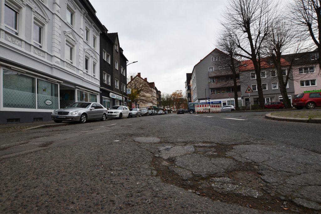 Die Mengeder Straße ist in einem erbärmlichen Zustand. Im Zuge der nun beginnenden Sanierung verringert die Stadt die Fahrbahnbreite von 7,80 Meter auf 5,50 Meter.