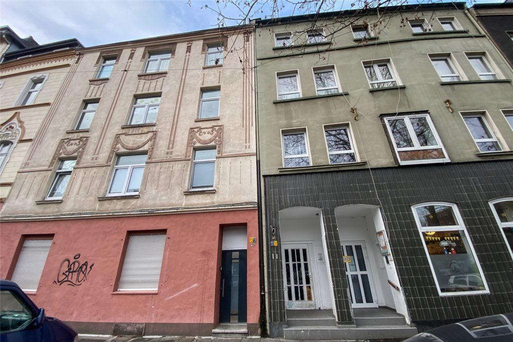 Auch ein Sanierungsfall: Das Wohnhaus Oesterholzstraße 64 (r.) stand 2020 schon kurz vor einer Stromsperre.