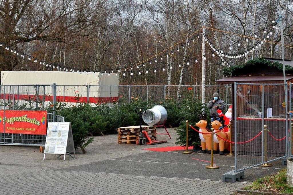Alois Köllner mit seinen Kindern Alois jr., Alexandro und Lena an dem Weihnachtsbaum-Stand auf dem Parkplatz des Stabilo-Baumarkts.