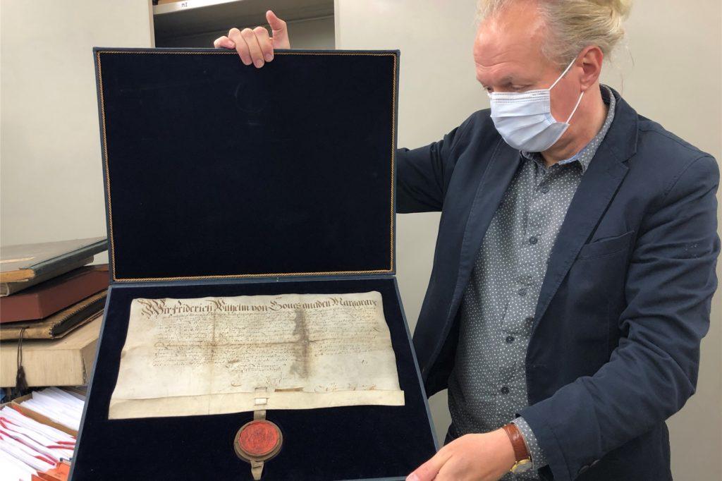 Thomas Jasper zeigt die älteste Urkunde der Stadt von 1666.