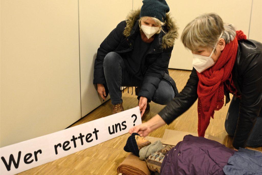 Christina Hochman und Christa Möller haben den Hirten zu einem Obdachlosen verwandelt und wollen damit auf die geschlossenen Nachasyle zu Coronazeiten aufmerksam machen.