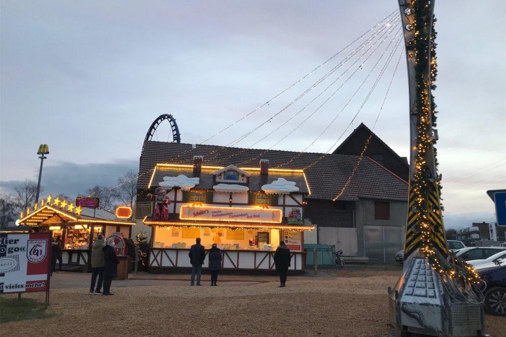 Weithin leuchtet der Mini-Weihnachtsmarkt mit Spezialitäten to go.
