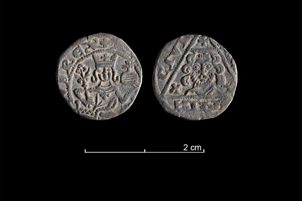 Links zeigt die Münze Kaiser Rudolf, rechts den heiligen Reindoldus