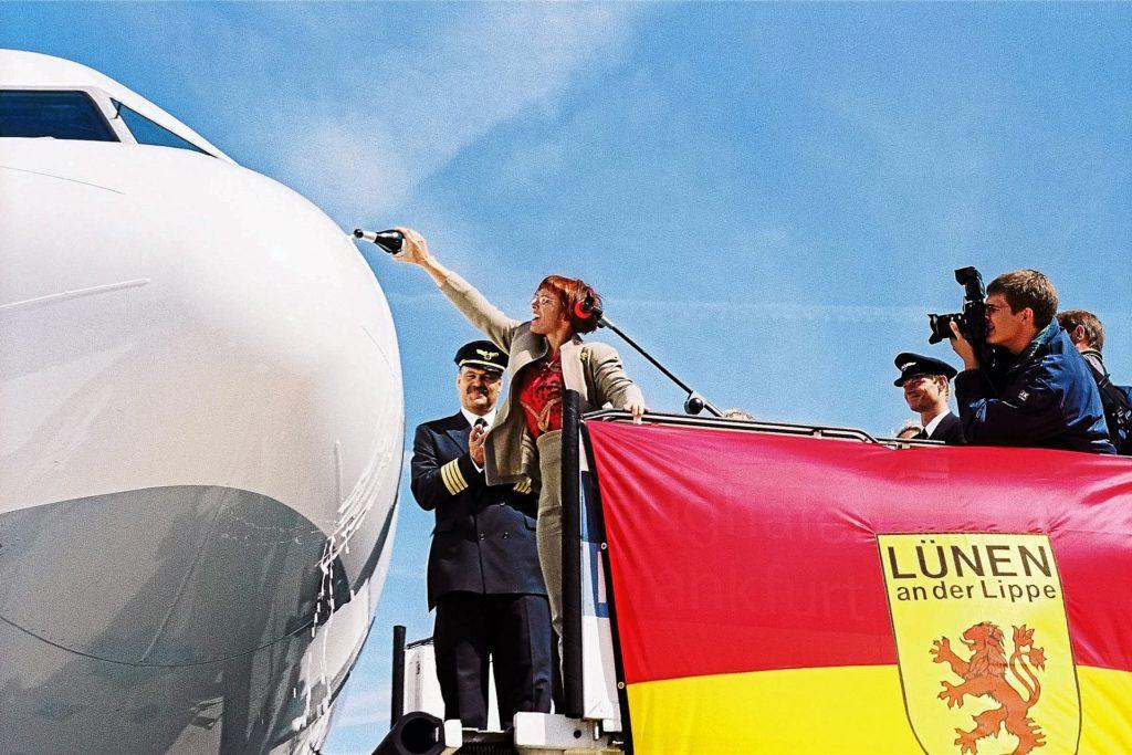 Ursula Stodollick, Ehefrau des damaligen Lüner Bürgermeisters, taufte den Airbus A340-300 mit den Kennzeichen D-AIGY auf die Namen