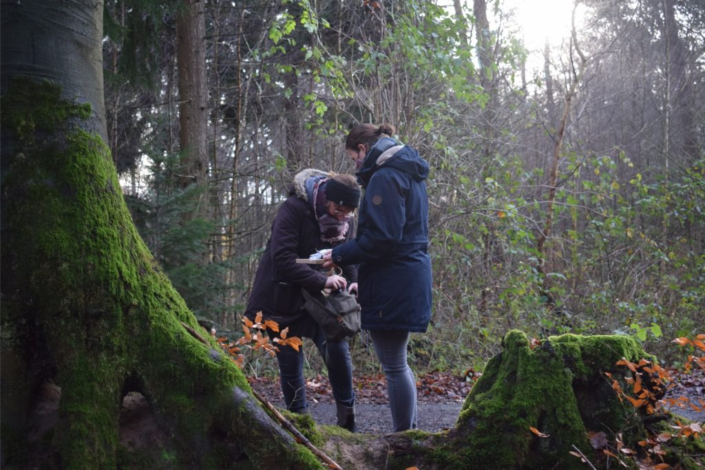 Einmal in der Woche laufen Silvia Scheitheuer und Birgit Klappheck ihre Schnitzeljagd-Routen noch einmal ab, um zu kontrollieren, ob alle Hinweise an Ort und Stelle ist und der Wald sauber hinterlassen wurde.