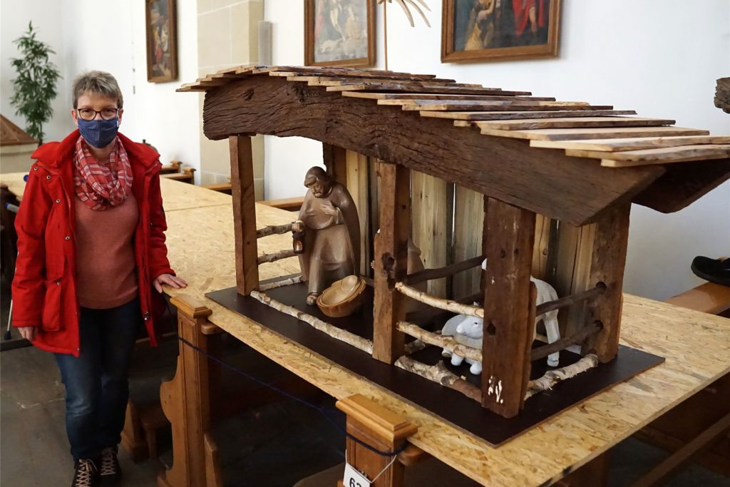 Organisatorin Elke Niesmann zeigt stolz ihre private Krippe mit den wunderschönen Holzfiguren aus Mettingen. Den Stall hat Ehemann Berthold kurz zuvor aus sehr alten Holzresten selbst gebaut.