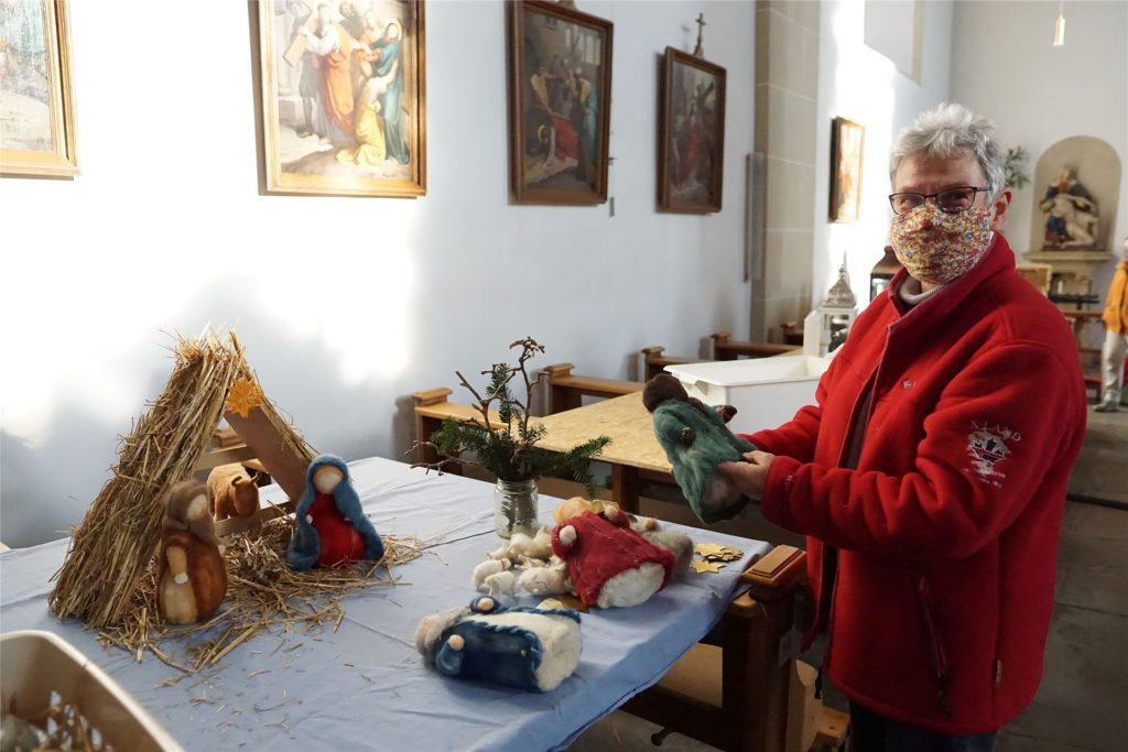 Hedwig Wienkötter baut ihre selbst gefilzten Krippenfiguren auf. Es hier herrlich nach Lavendel; denn in diesem werden die Figuren bis zum Gebrauch aufbewahrt.