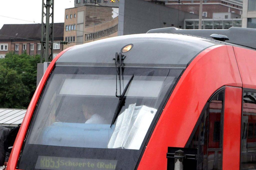 Der Zug nach Schwerte stand abfahrbereit am Gleis 3 des Dortmunder Hauptbahnhofs - im Schatten des Dortmund U.