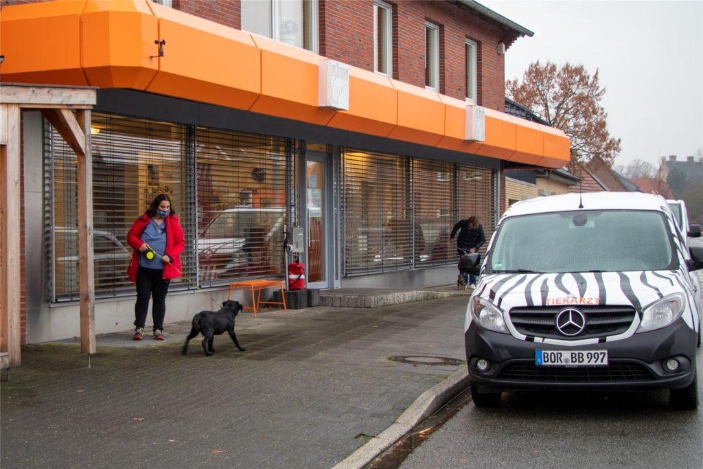 Vor der Tierarztpraxis in der Eper Straße steht das Chip-Lesegerät.