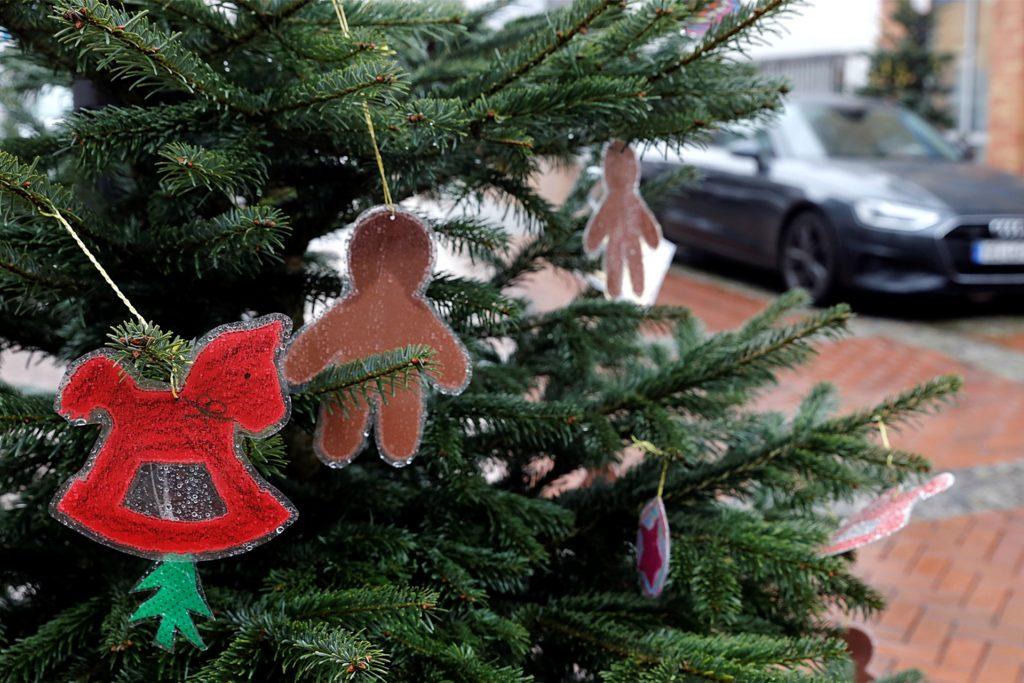 In der Lippstraße beteiligten sich Kindergärten am Schmücken der Weihnachtsbäume.