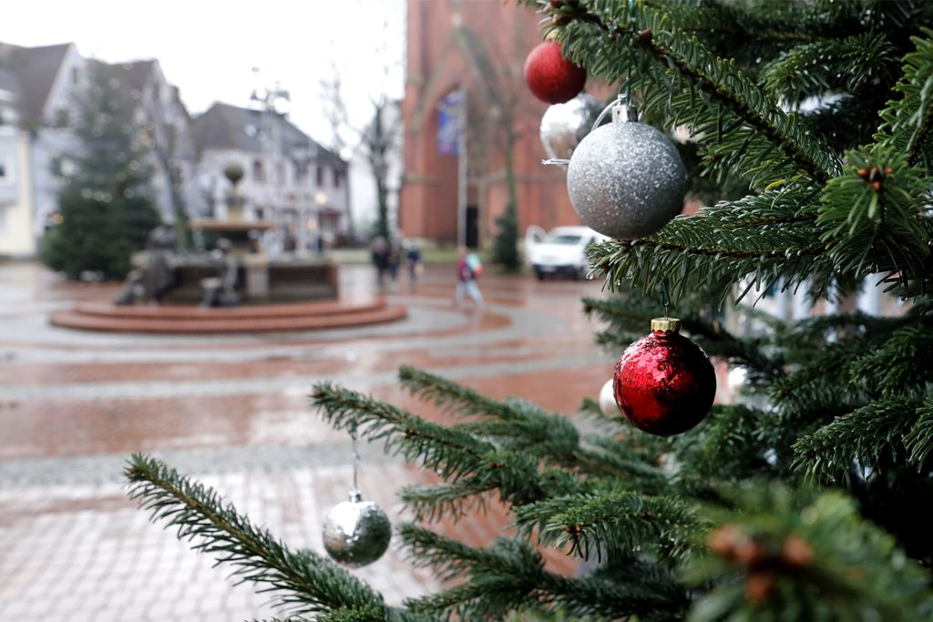 Überall in der Innenstadt finden sich geschmückte Weihnachtbäume.