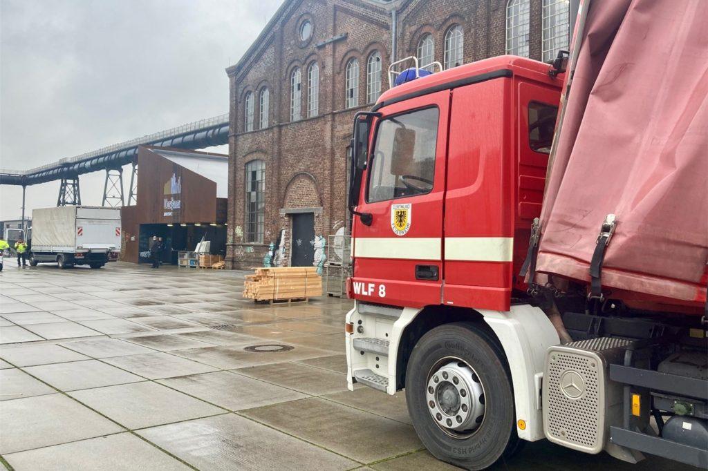 Die Feuerwehr sorgt aktuell für den Aufbau des Impfzentrums in der Warsteiner Music Hall.