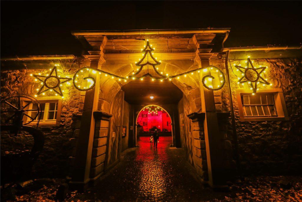 Auch das Eingangstor von Schloss Dellwig ist mit vielen Lichtern festlich geschmückt.