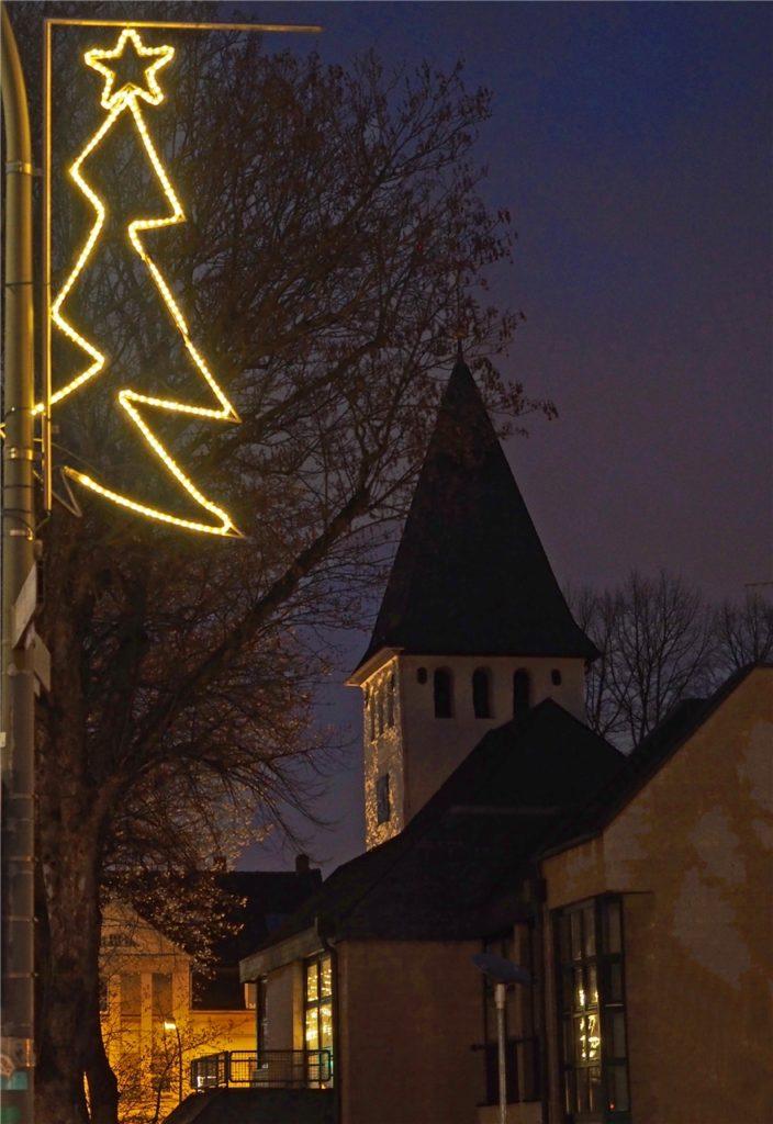 Die Weihnachtsbeleuchtung an den Laternen bringt eine vorweihnachtliche Stimmung auf den Hellweg.