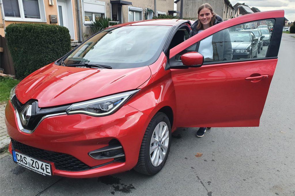 Linda Edelhoff ist von ihrem neuen Elektroauto begeistert.