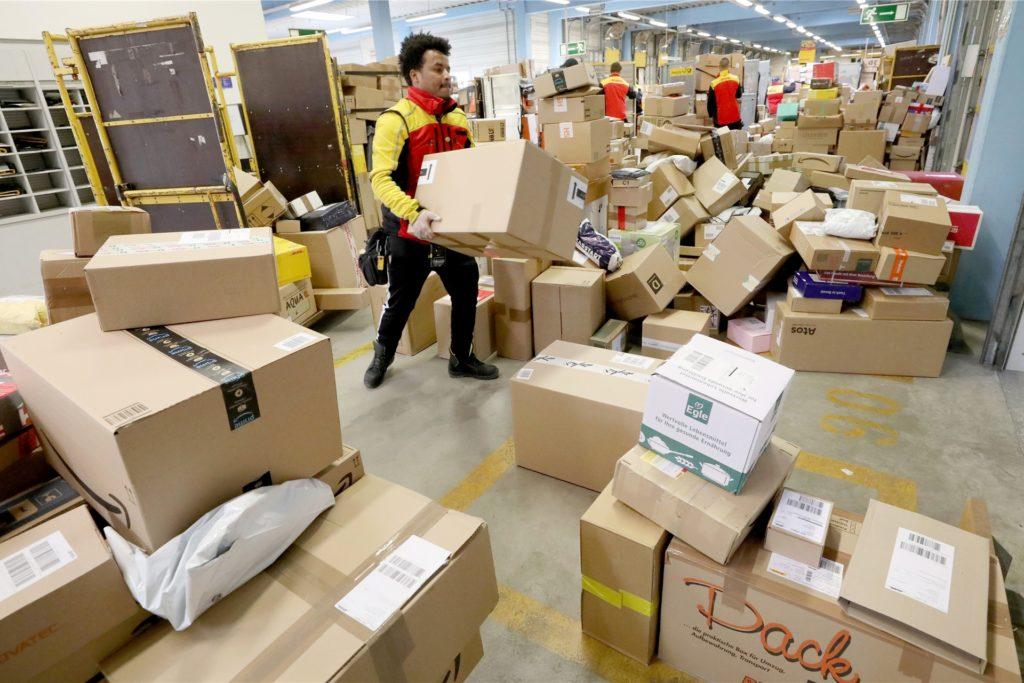 Mit Paketen ohne Ende haben es die DHL-Paketzusteller in der Vorweihnachstzeit zu tun. Auch die Corona-Pandemie hat daran ihren Anteil
