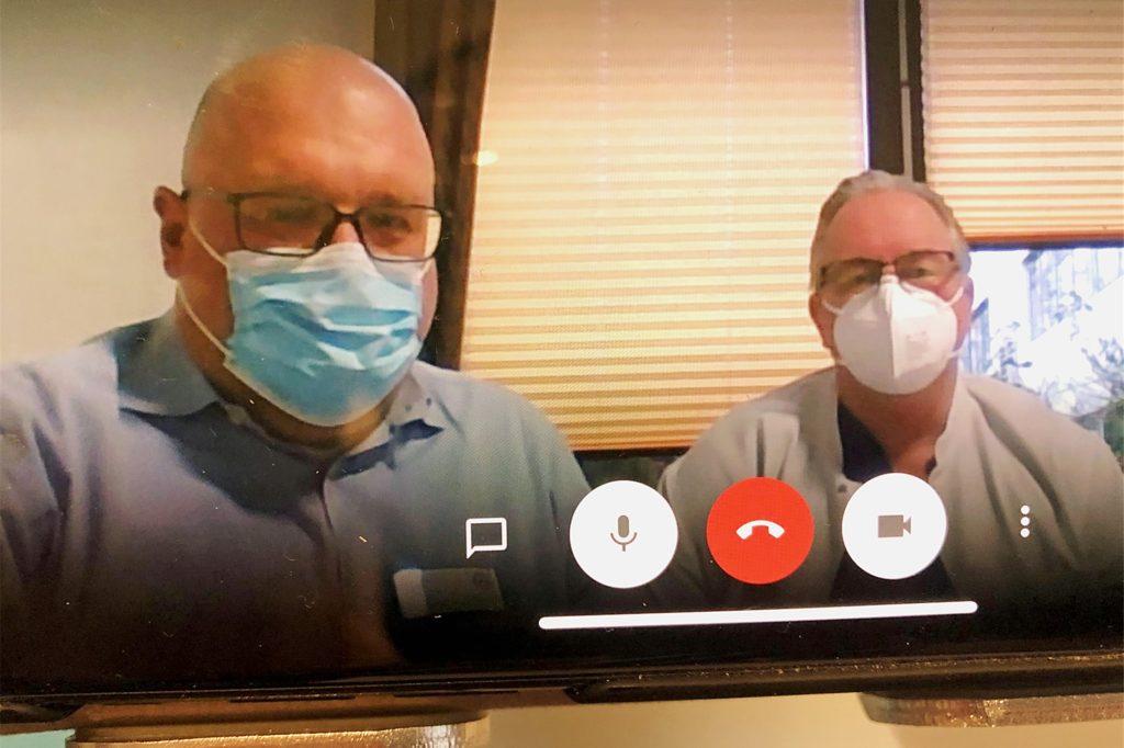 Oliver Lux (50, l.), Pflegedirektor des Klinikums Westmünsterland für die Krankenhaus-Standorte in Ahaus, Stadtlohn und Vreden, und Oliver Anders (50, r.), Leiter der Intensivstation des Ahauser Krankenhauses, nahmen sich Zeit für ein Videotelefonat über die besondere Situation in der Corona-Pandemie mit der Redaktion.