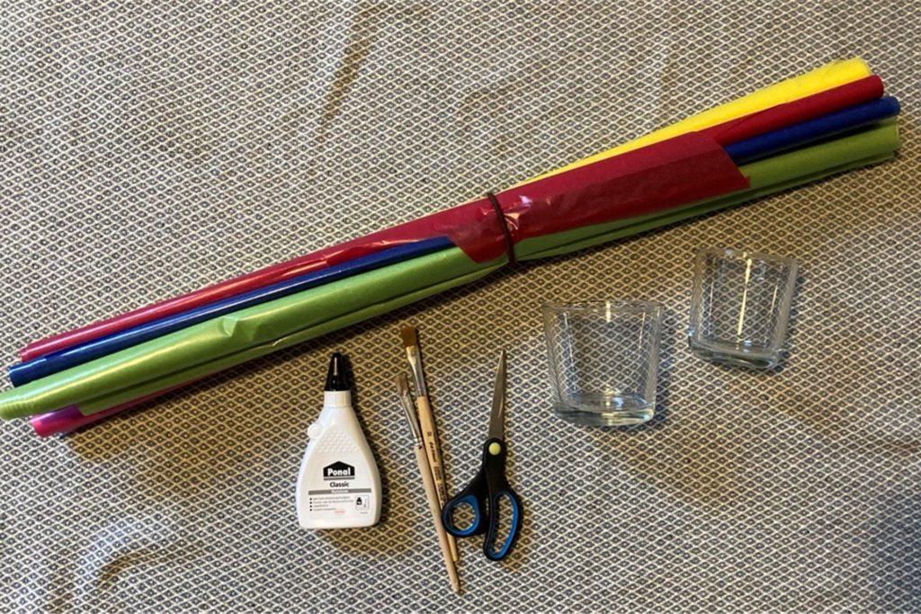 Das benötigen Sie: Schere, Klebe, Transparentpapier, Gläser und im besten Fall ein bisschen Zeitungspapier, um die Arbeitsfläche vor klebrigen Schmierereien zu schützen.