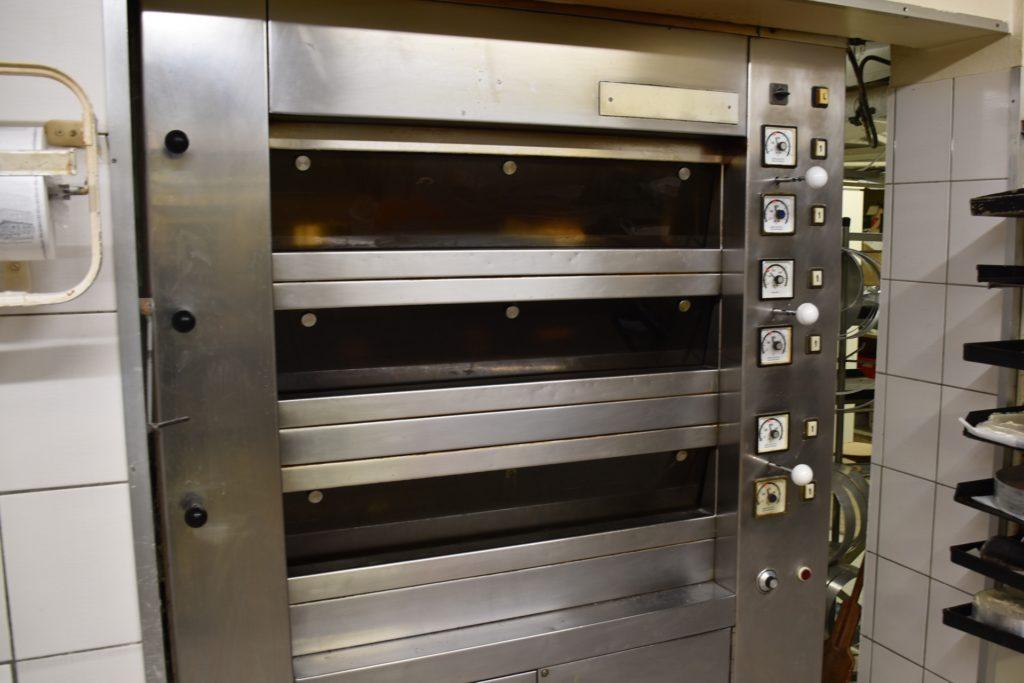 Auf drei verschiedenen Ebenen kann in diesem Ofen gebacken werden. Eine Uhr sucht man allerdings vergeblich.
