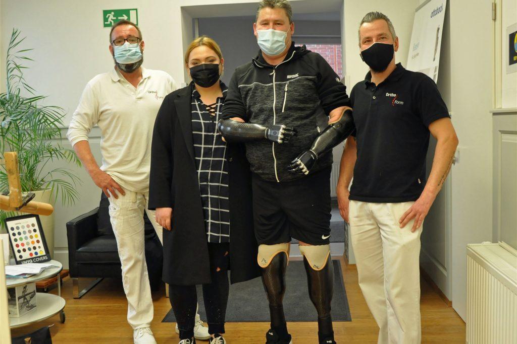 Victor Egel ist einfach nur dankbar. Dafür, dass die Orthopädietechniker Boris Tenzler (r.) und Markus Gödecke (l.) von der Lüner Firma Ortho Form ihm neue Hände und Füße gebaut haben, aber auch dass Linda, die Tochter seiner Lebensgefährtin, ihn so aufopfernd versorgt.