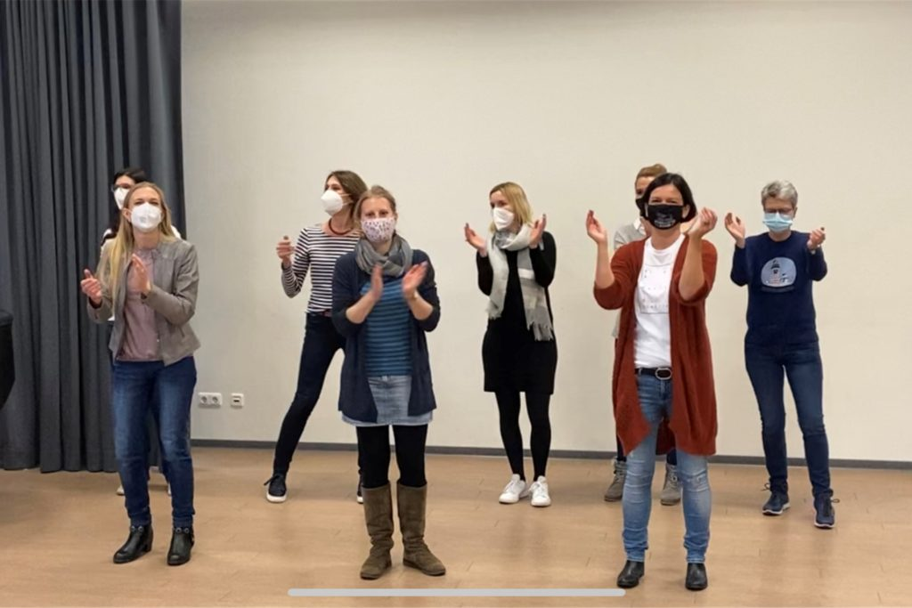 Neben den Schülern nahmen auch Lehrer, Schulleiter sowie Mitglieder des Fördervereins und das Verwaltungspersonal an der Tanz-Challenge teil.