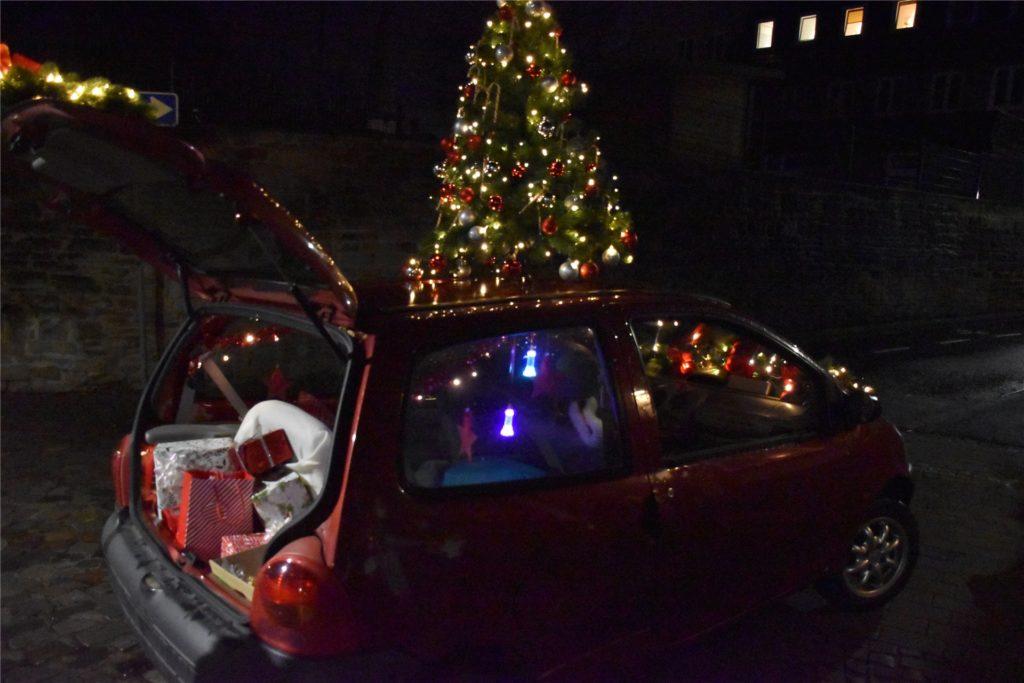 Mit Geschenken, viel Deko und Weihnachtsmusik ausgerüstet, macht sich Nicole Napierski auf den Weg zu den Familien ihrer Schützlinge.