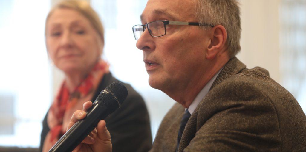 Dr. Frank Renken, Leiter des Gesundheitsamtes der Stadt Dortmund, bei einer Pressekonferenz zu Beginn der Pandemie - damals noch ohne besondere Abstandsregeln.