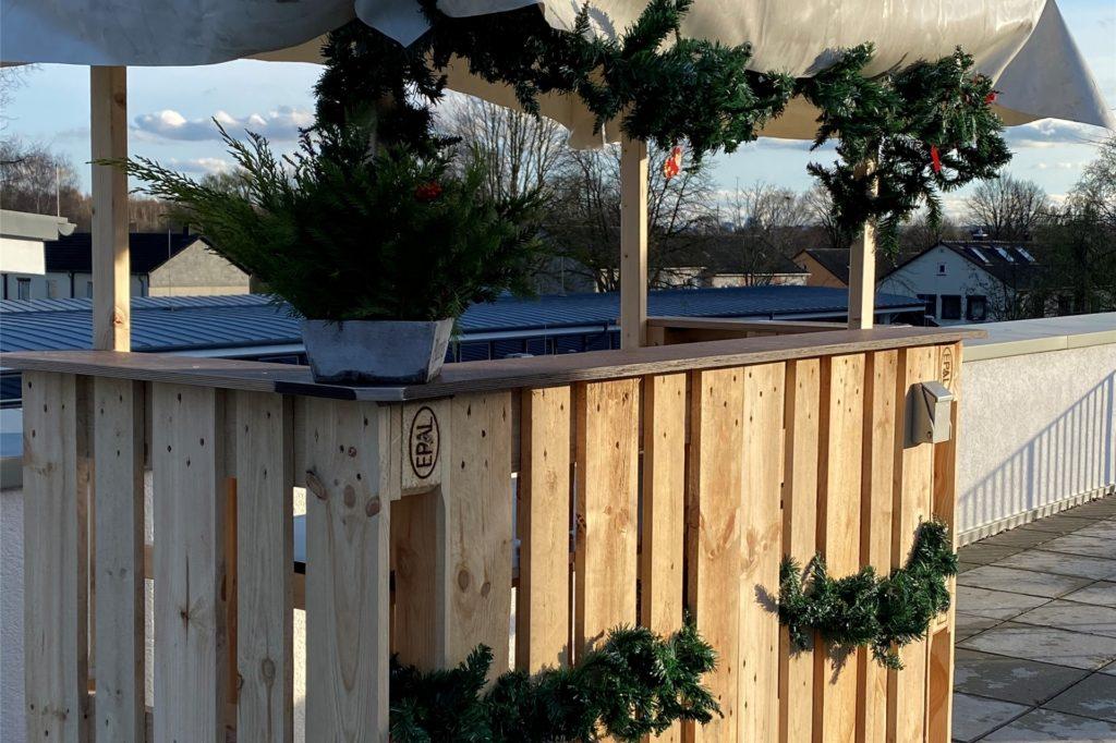 Der selbstgebaute Stand für den Weihnachtsmarkt auf der Dachterrasse der Senioren-WG ist fast fertig.
