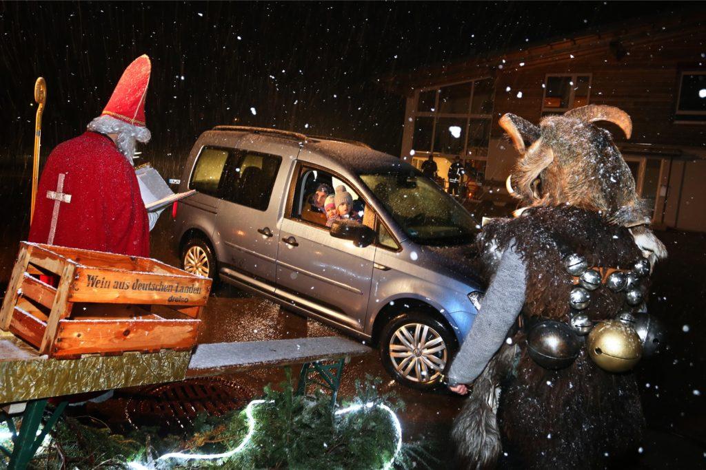 Damit Kinder auch in Zeiten von Corona nicht auf einen Besuch vom Nikolaus verzichten müssen, wurde der Drive-in von einem örtlichen Verein veranstaltet.