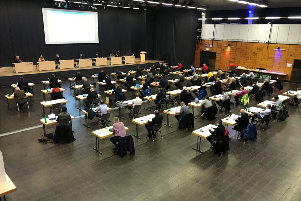 Die erste richtige Ratssitzung der neuen Periode in der Europahalle: Für die Mitglieder galt Maskenpflicht und Abstand halten.