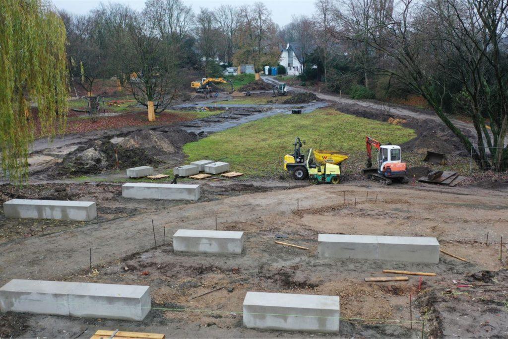 Von Beton-Sitzplätzen aus hat man demnächst einen guten Ausblick auf den Park, durch dessen Mitte im Zick-Zack-Kurs ein 140 Meter langer begehbarer Metall-Steg verlaufen wird.