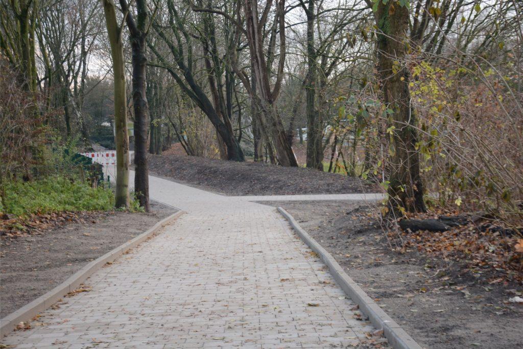 Der neue Gehweg vom St. Agatha-Kindergarten (Westwall) zum Kanal entlang des Finkennest-Areals ist fertig, aber wird erst nach Weihnachten eröffnet.