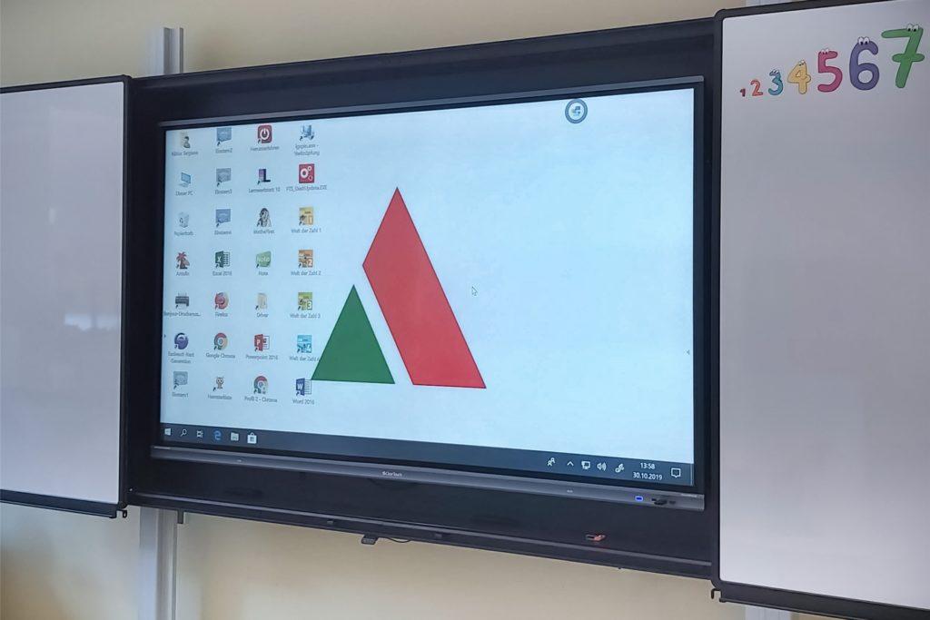Gut 500.000 Euro Fördermittel plus Eigenanteil wurden für solche elektronische Tafelsysteme mit Display abgerufen.
