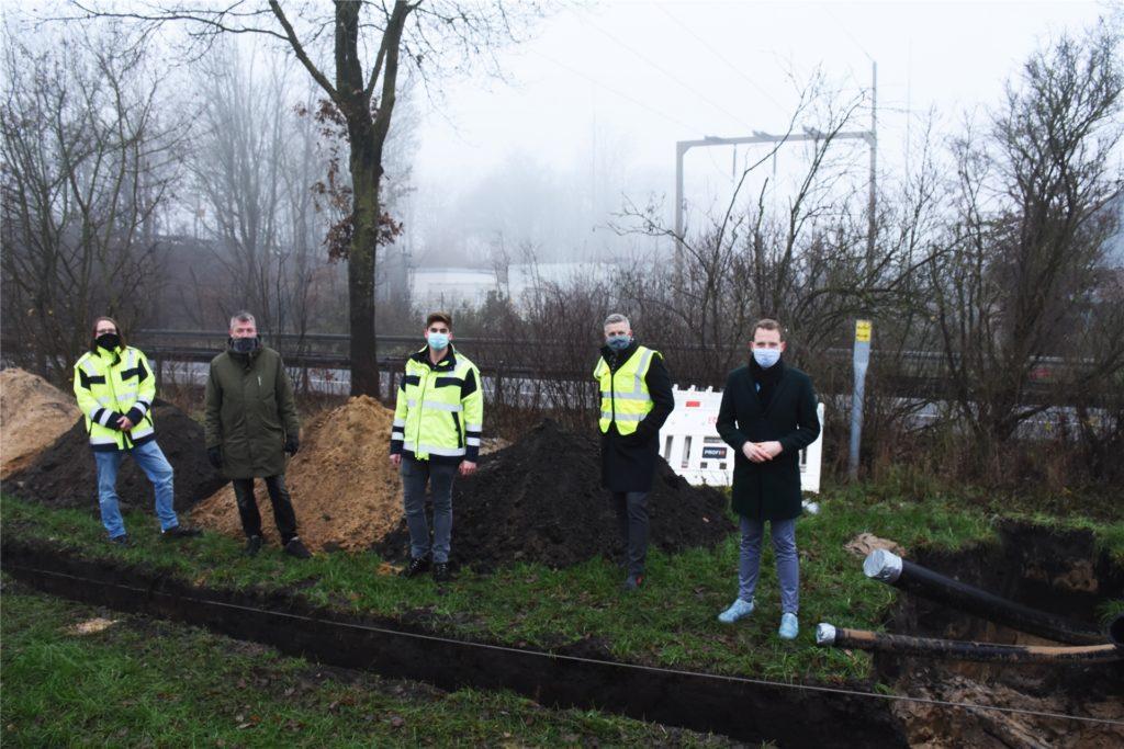 Norman Sladeczek, Joachim Hartmann, Daniel Elsner, Thomas Spieß und Tom Tenostendarp freuen sich, dass die Bauarbeiten endlich beginnen.