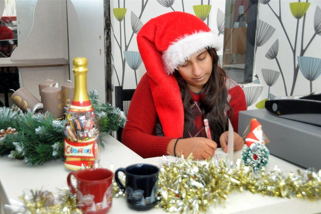 Als Weihnachtsfrau schreibt Sahana Ketheeswaran jedem Kind einen individuellen Gruß zurück, wenn es einen Brief am Weihnachtspostamt in
