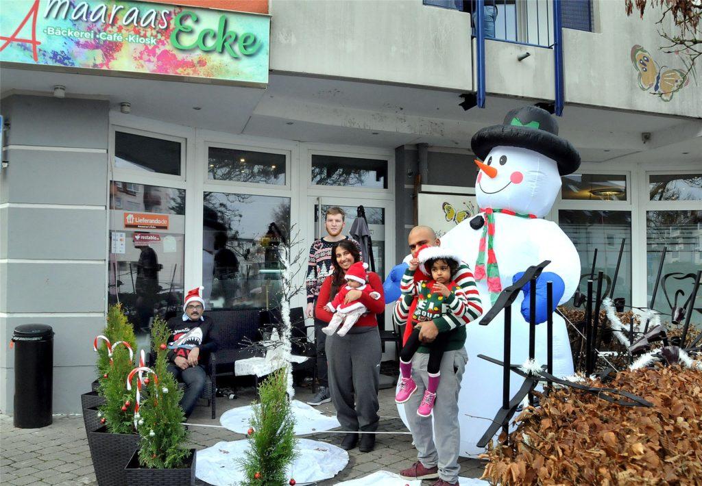 """Vorweihnachtlich dekoriert ist der Eingangsbereich des Back-Eis-Cafés """"Amaaraas Ecke"""