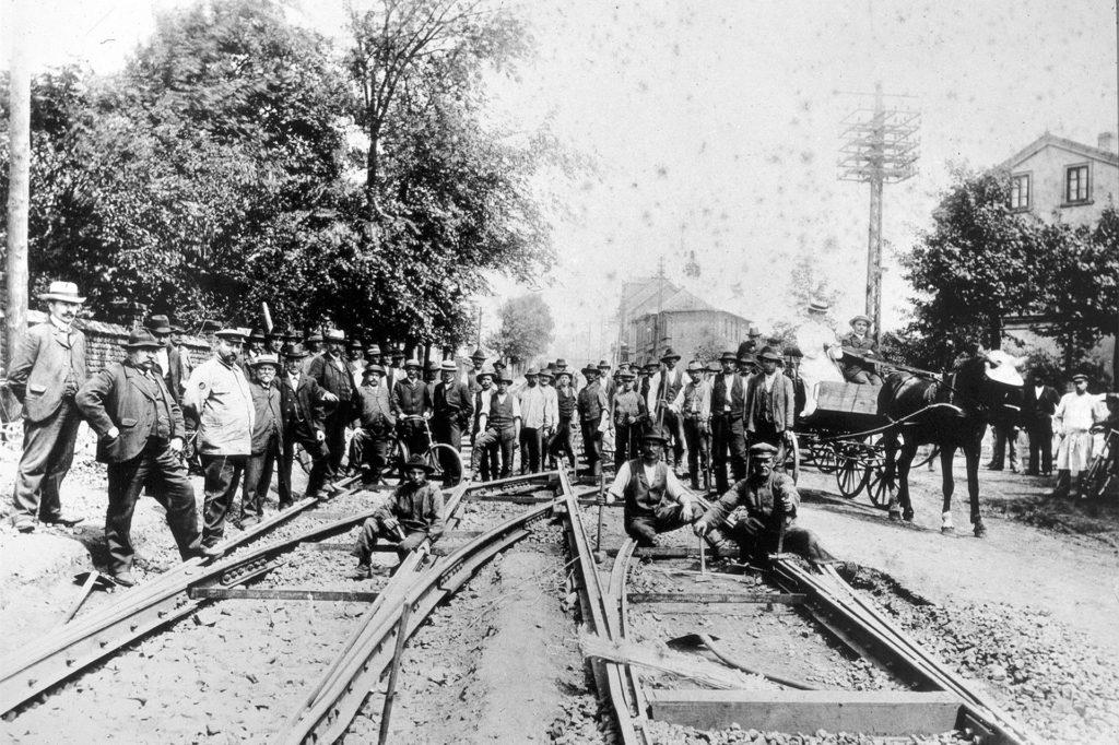 Die Straßenbahnlinie von Dortmund nach Derne zweigte von der Chausseestr. (heute Evinger Str.) zur Kaiserstr. (heute Deutsche Str.) ab. Das Foto entstand etwa 1903, als das Amt Eving noch selbständig war und noch nicht zu Dortmund, sondern zum Amt Brambauer gehörte