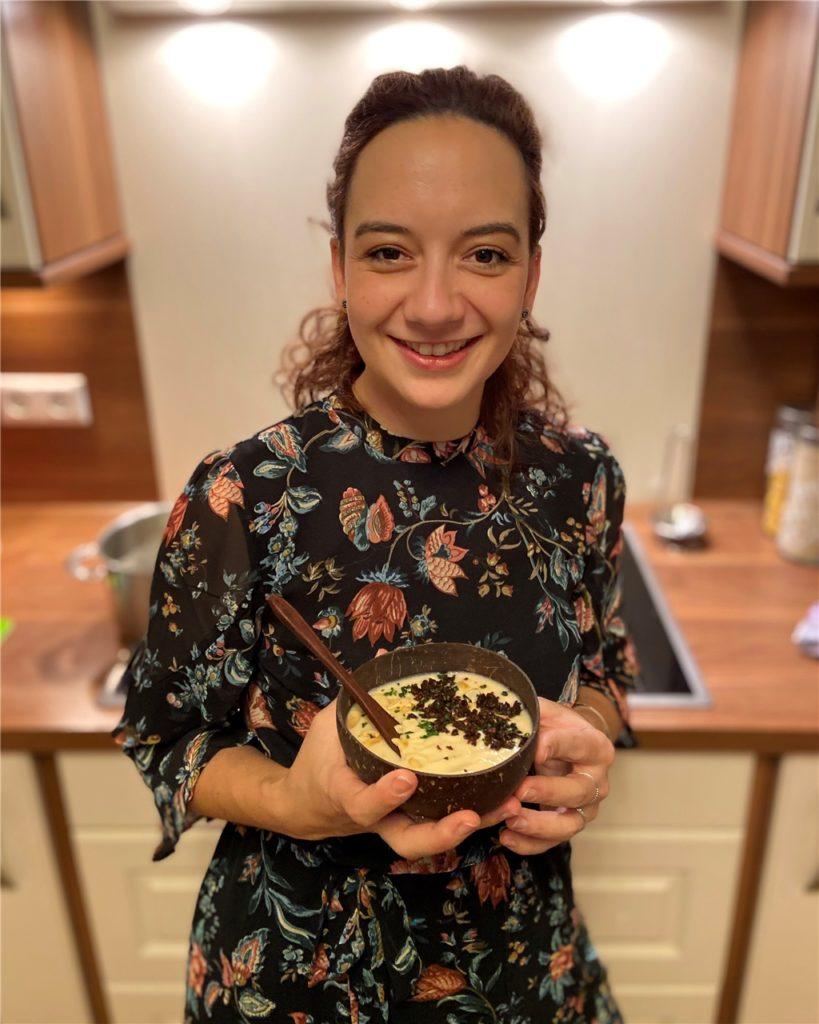 Lisa Michelt mit der Petersilienwurzel-Mandelsuppe mit Crunch.