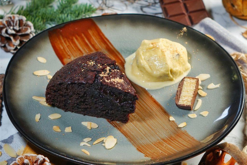 Das Dessert: Schokoladenkuchen mit Baumkuchen-Eis.