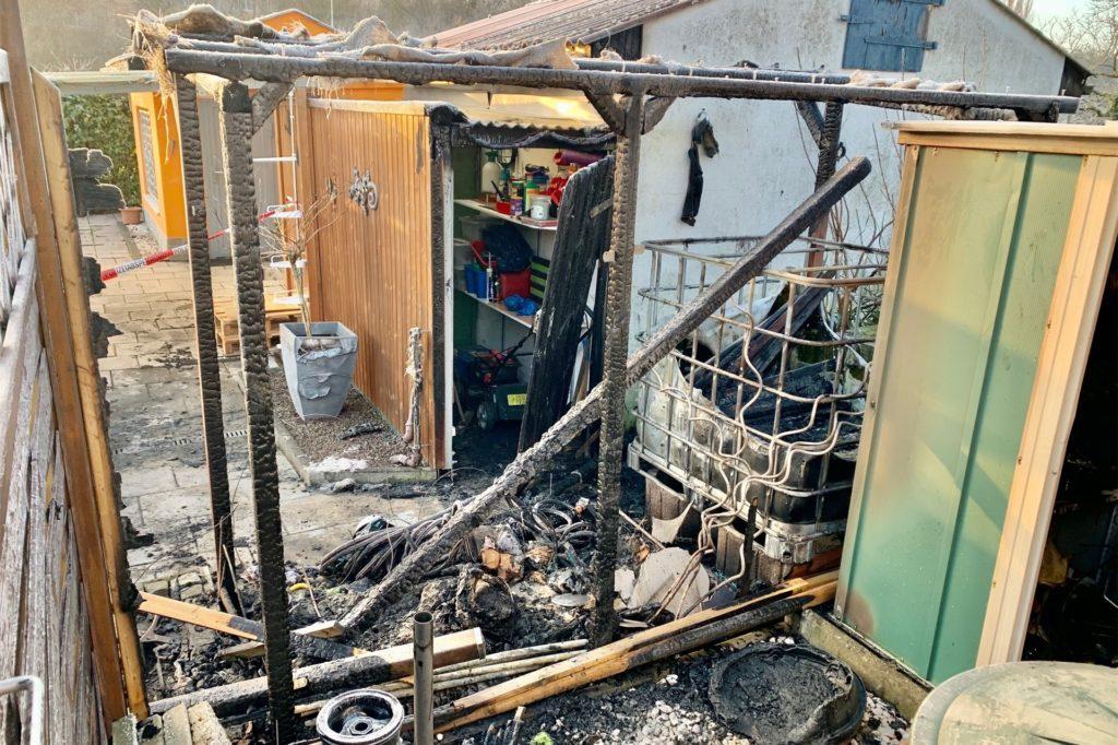 Zum Glück ist das Feuer nicht auf die Laube übergesprungen, die Feuerwehr war schnell zur Stelle.