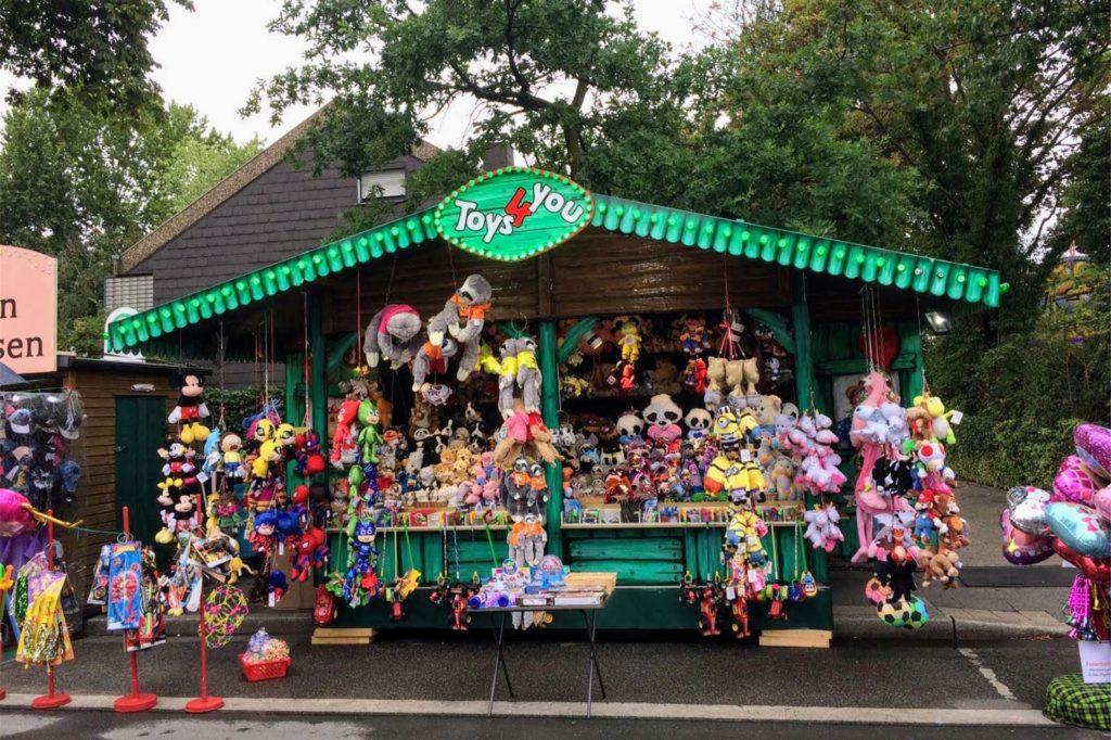So sieht der Stand von Rita Bauer aus. Sie verkauft Plüschtiere und vor allem Ballons.