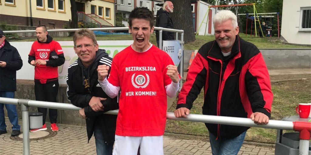 Giacomo Schulz bejubelt Germanias Aufstieg in die Bezirksliga und auch die User-Wahl zum besten Außenverteidiger.