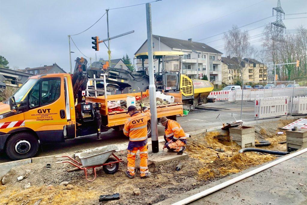 Wenn alles läuft, wie geplant, soll die Bergstraße in Richtung Hörder Straße vor Weihnachten wieder geöffnet werden. Gerade wird die neue Ampel aufgestellt.