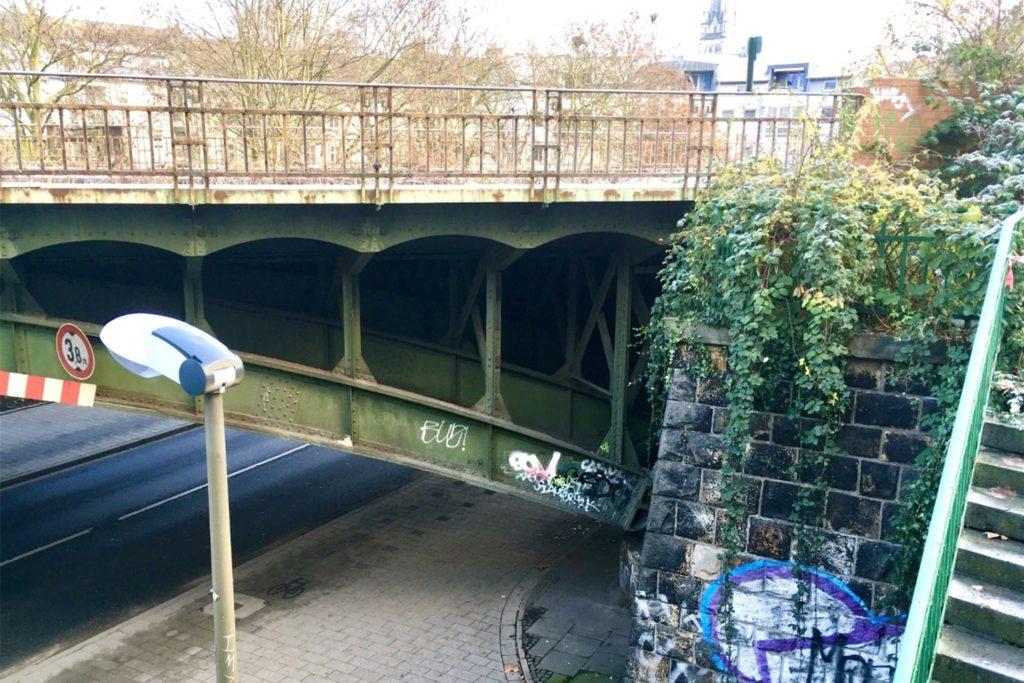 Rost, Grafitti und Schmierereien verunzieren das Bauwerk.