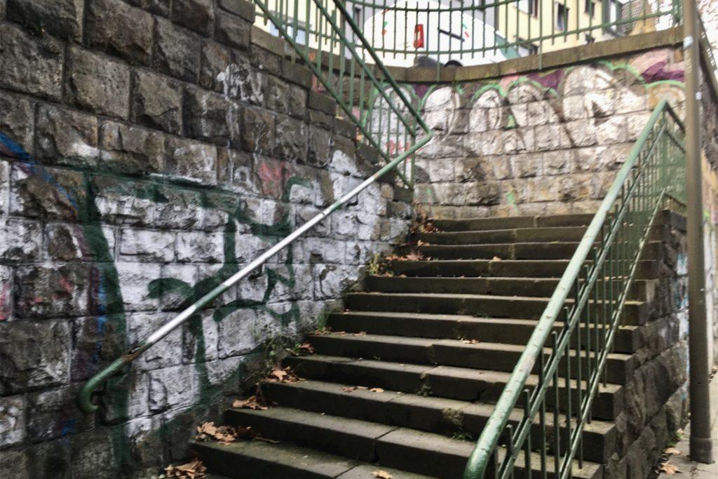 Die Treppen sind in einem traurigen Zustand; die Geländer sind teilweise komplett durchgerostet, die Stufen beschädigt.
