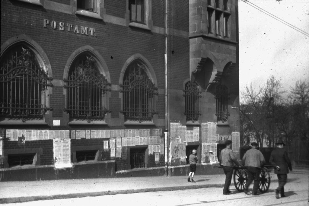 Das Postamt steht heute noch, in der Zeit der Ruhrbesetzung war das Gebäude mit Papier beklebt.